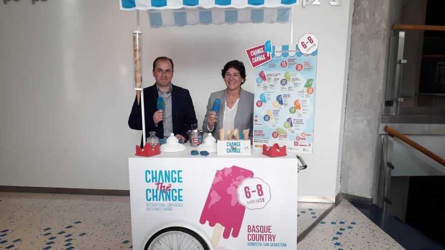 La viceconsejera de Medio Ambiente del Gobierno Vasco, Elena Moreno y el director de Cambio Climático y Patrimonio Natural, Aitor Zulueta promocionando la conferencia internacional 'Change to Change'