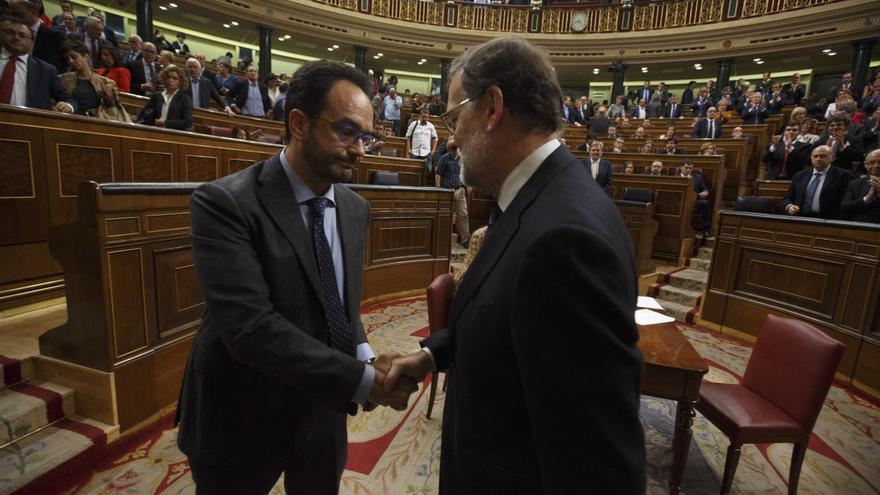 Antonio Hernando felicita a Mariano Rajoy tras ser investido presidente del Gobierno. | Foto de Marta Jara