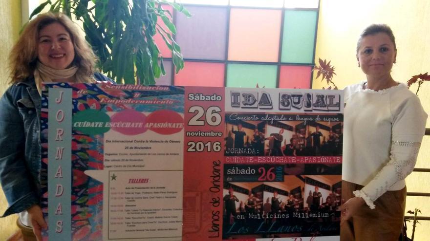 Las concejales de Servicios Sociales y Cultura de Los Llanos de Aridane, Elena Pais y Charo González, junto al cartel promocional de la jornada.