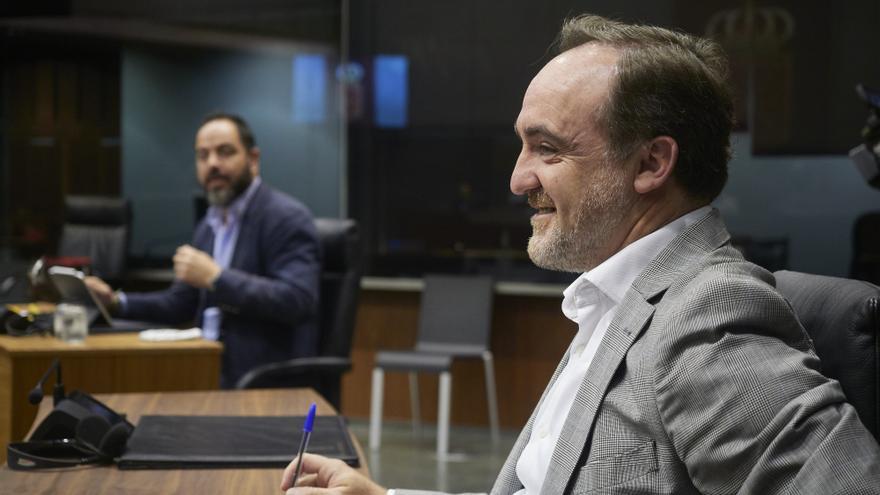 El portavoz de Navarra Suma, Javier Esparza, en primer plano, y tras él el portavoz del PSN, Ramón Alzórriz, en la Mesa y Junta de Portavoces del Parlamento de Navarra este lunes 22 de junio de 2020.