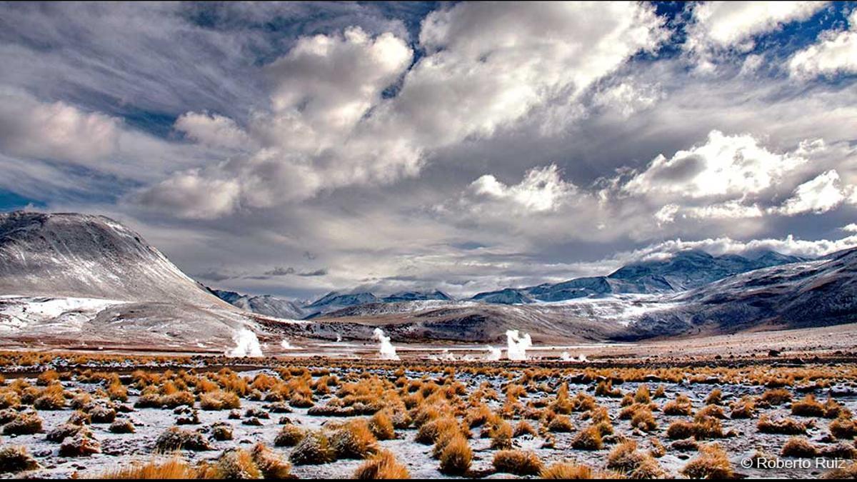 El vapor surge del suelo en el desierto de Atacama.
