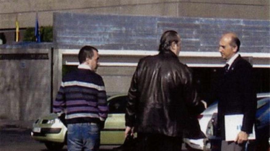 Dorribo (centro), con Cobián (derecha), en una de las imágenes captadas por la Policía y anexas al sumario
