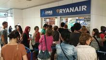 Cancelaciones inesperadas, mostradores que se pasan la pelota y desorganización: los pasajeros de Ryanair denuncian el caos por la huelga