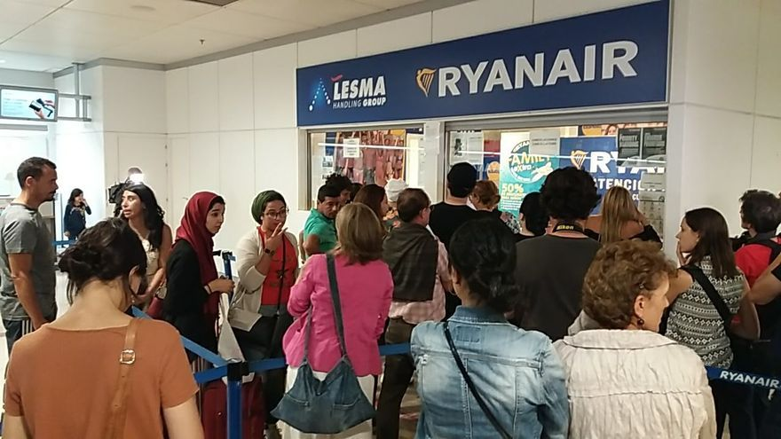 Colas de pasajeros en las oficinas de Ryanair reclamando por sus vuelos cancelados.