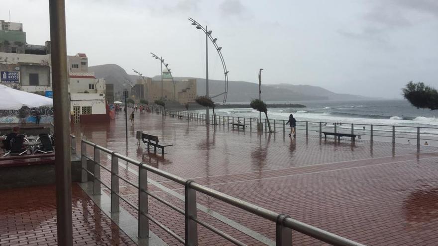 Lluvia sobre Las Canteras. (Foto: Policía Local de Las Palmas de Gran Canaria).