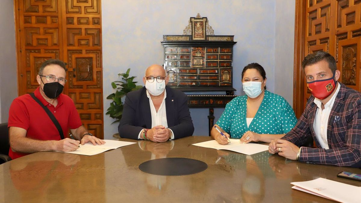 La presidenta de Iprodeco, Dolores Amo, en la firma del convenio.