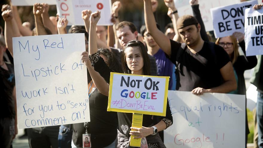 Empleados de Google protestan por la permisividad de la empresa ante el acoso sexual frente a su sede de Mountain View, California, el 1 de noviembre de 2018.