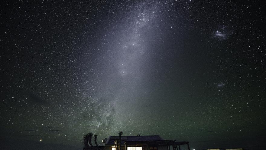 Cielo estrellado sobre una de las construcciones de madera de Cabo Polonio. Las noches aquí son espectaculares. Jimmy Baikovicius