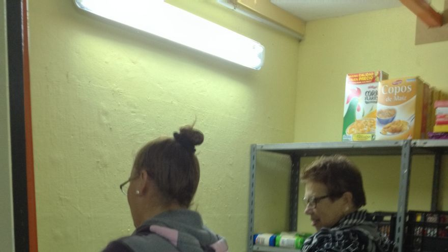 Mari y Mari Carmen preparando las bolsas de la acogida en El Carmen