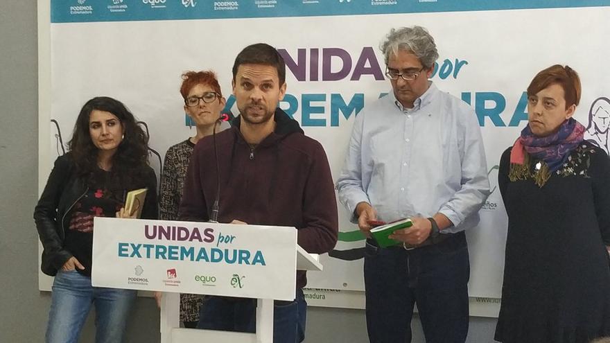 Los cuatro diputados de Unidas por Extremadura junto a (segunda por la izquierda) la dirigente de Equo Chusa Barrantes.