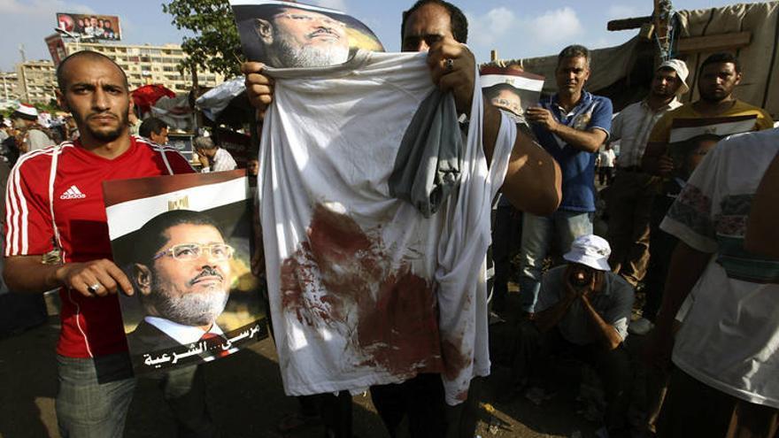 Seguidores de los Hermanos Musulmanes recuerdan la matanza de 54 personas el pasado lunes en un ataque de las fuerzas de seguridad (EFE)