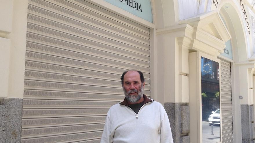 Joaquín Notario, delante del Teatro de la Comedia, en Madrid