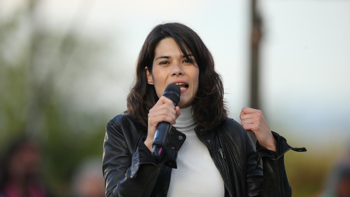 La dirigente de Podemos Isa Serra, en un acto de la pasada campaña del 4M.campaña del partido en el anfiteatro Lourdes y Mariano del parque de la Cuña Verde de Vicálvaro, a 2 de mayo de 2021, en Madrid (Españ