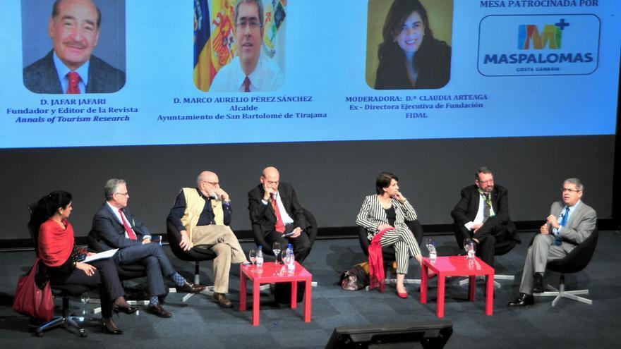 La mesa redonda del V Foro Internacional de Turismo propone pensar de manera global frente a la 'turismofobia'