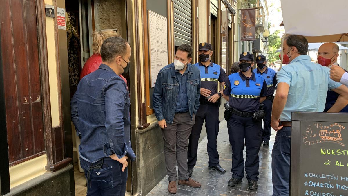 El concejal de Seguridad y Emergencias y la jefa de la Policía Local recorren junto a los empresarios las calles de Triana