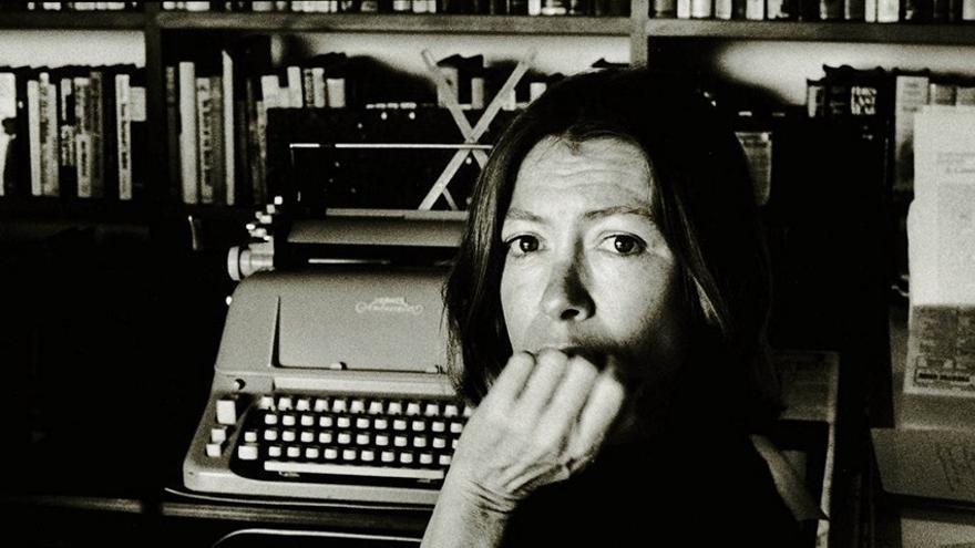 Joan Didion, frente a su máquina de escribir