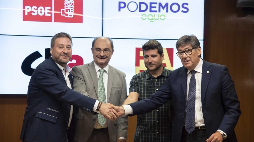 De izquierda a derecha, José Luis Soro (CHA), Javier Lambán (PSOE), Nacho Escartín (Podemos) y Arturo Aliaga (PAR)