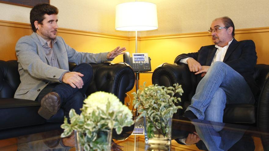 El secretario general de Podemos Aragón, Nacho Escartín (izqda), y el presidente de la comunidad, Javier Lambán