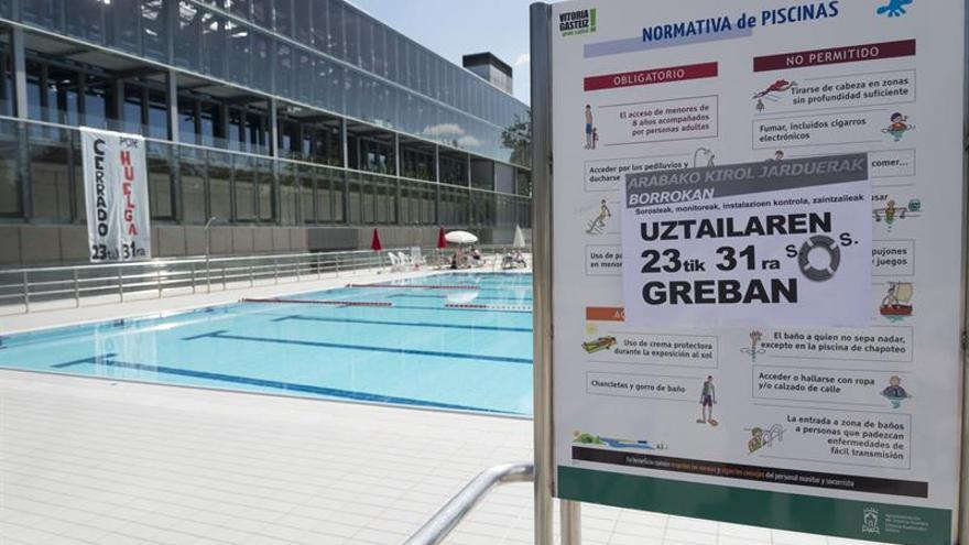 Cerradas por huelga piscinas de Vitoria a las que acuden miles de personas