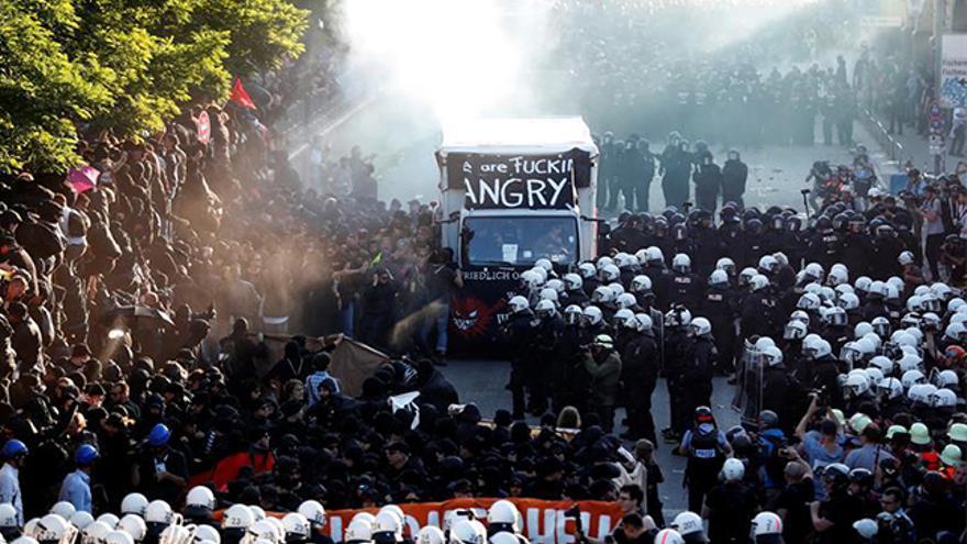 Agentes de Policía lanzando chorros de agua a presión contra los manifestantes