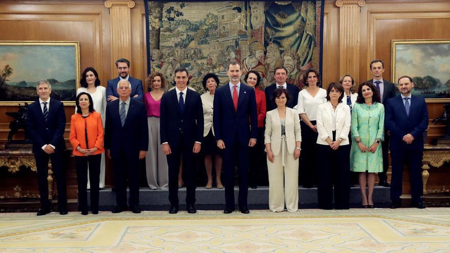 El Gabinete de Sánchez, acompañado del Rey Felipe Felipe VI, y el presidente del gobierno Pedro Sánchez, posan en la foto de familia tras prometer su cargo esta mañana en el Palacio de la Zarzuela, en Madrid