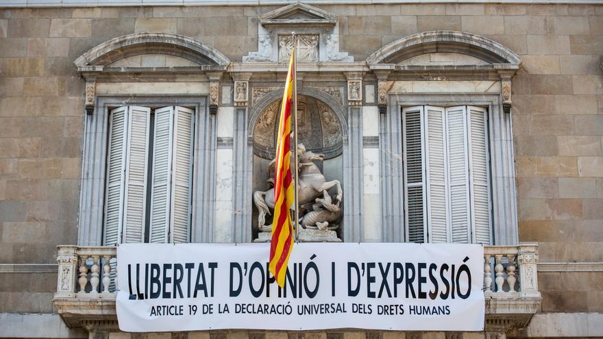 La nueva pancarta colocada en el balcón del Palau de la Generalitat con el lema 'Libertad de opinión y expresión'