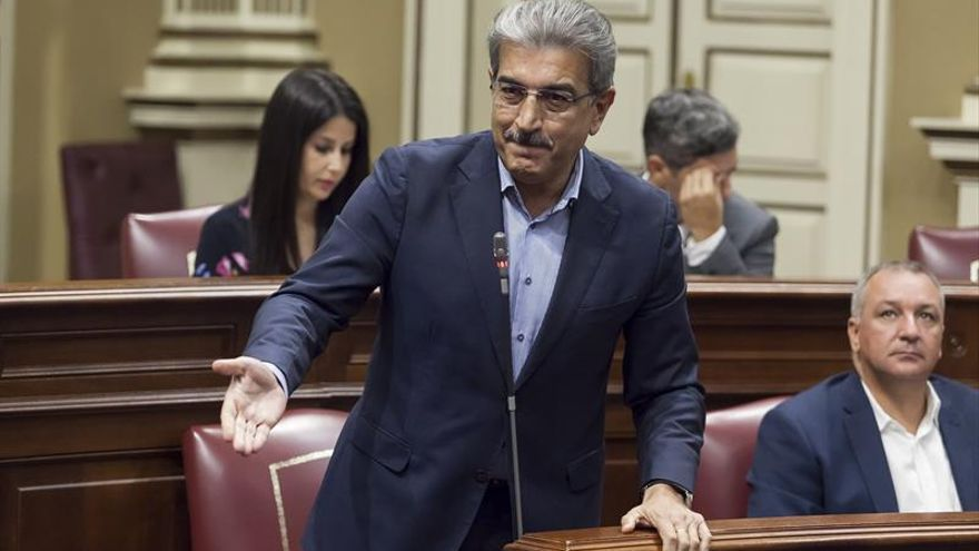 El diputado de Nueva Canarias, Román Rodríguez, durante un pleno del Parlamento de Canarias. EFE/Ramón de la Rocha
