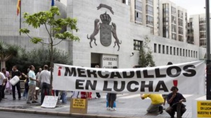 Protesta de los vendedores ante la sede de Presidencia del Gobierno, el pasado mes de noviembre. (ACFI PRESS)