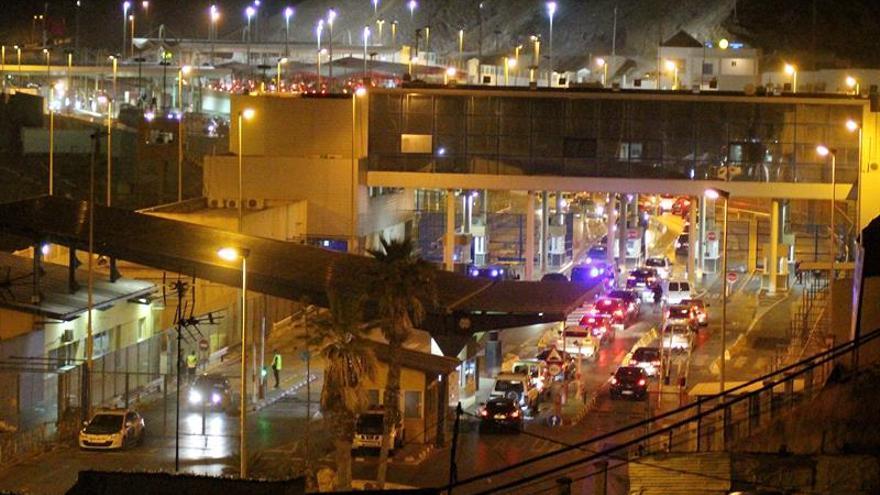 La frontera Ceuta-Marruecos, totalmente colapsada con más de 200 vehículos