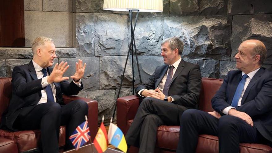 El presidente de Canarias, Fernando Clavijo (c), acompañado por el consejero de Economía, Pedro Ortega (d), durante la reunión con el el embajador del Reino Unido en España, Simon J. Manley (i)