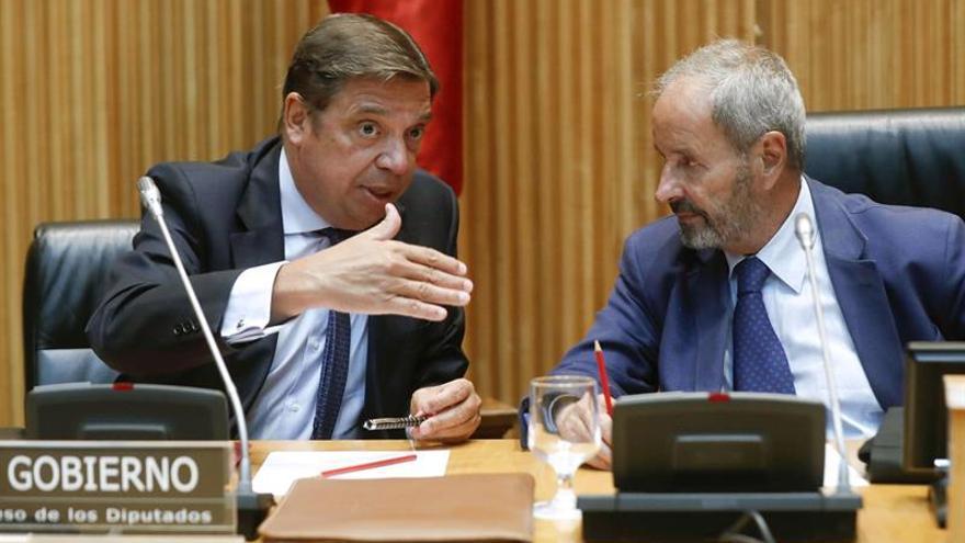 Luis Planas, a la izquierda, en su comparencia ante la Comisión de Agricultura del Congreso, este miércoles
