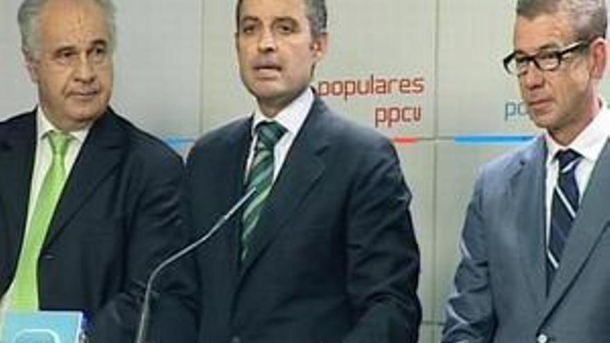 Francisco Camps, escoltado por Rafael Blasco y Antonio Clemente. (EP)