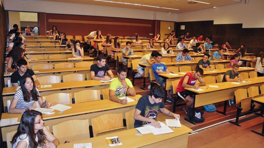Alumnos realizando un examen de selectividad