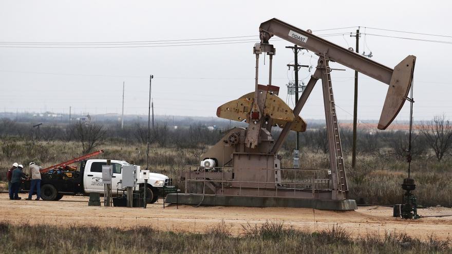 El petróleo de Texas cierra con un alza del 1,4 %, hasta los 64,49 dólares