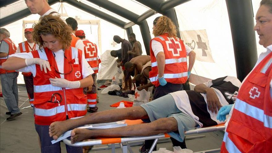 Rescatan a 22 inmigrantes a bordo de tres pateras en el Estrecho