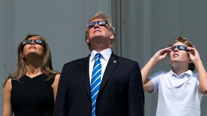 Trump observó el eclipse solar sin gafas por unos segundos, e inundó la red