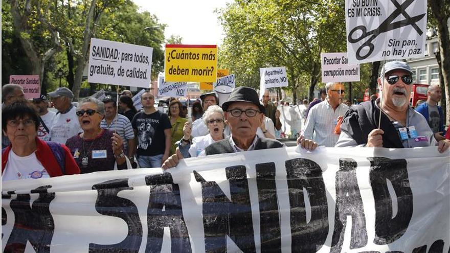 La marea blanca pide derogar el decreto sanitario que excluye a 'sin papeles'