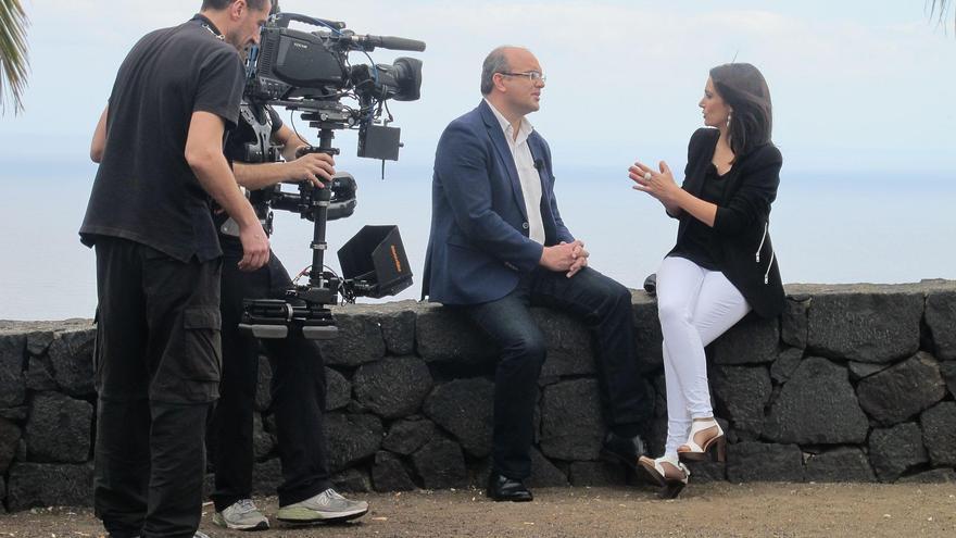 En la imagen, un momento de la entrevista realizada al presidente del Cabildo, Anselmo Pestana.