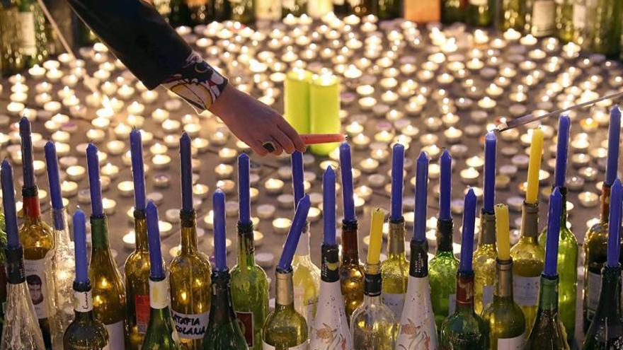 Iluminan con velas el centro de Barcelona en favor de los refugiados