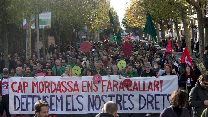 Unas 3.500 personas protestan en Barcelona por la Ley de Seguridad Ciudadana.