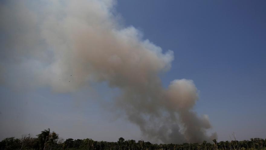 El humo ondula durante un incendio en un área de la selva amazónica cerca de Humaita, estado de Amazonas, Brasil 14 agosto