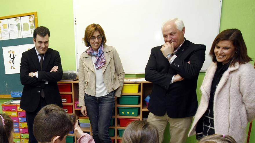 El conselleiro de Educación y otros cargos, en una visita a un colegio