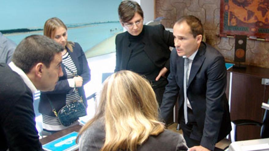 José Viva, a la derecha, durante una visita institucional a su empresa, Embumar.