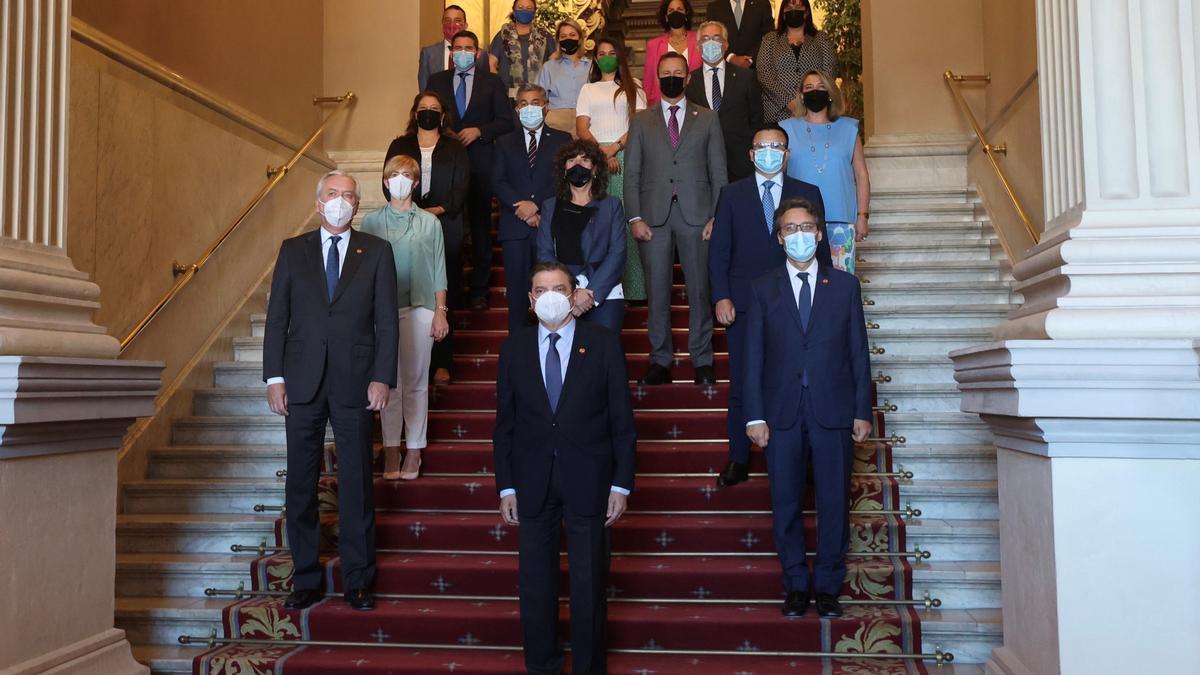 Los consejeros junto al ministro asistentes a la reunión