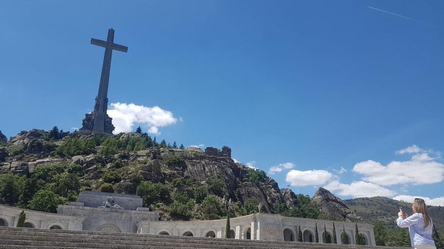 Una turista fotografía la gran cruz del Valle de los caídos