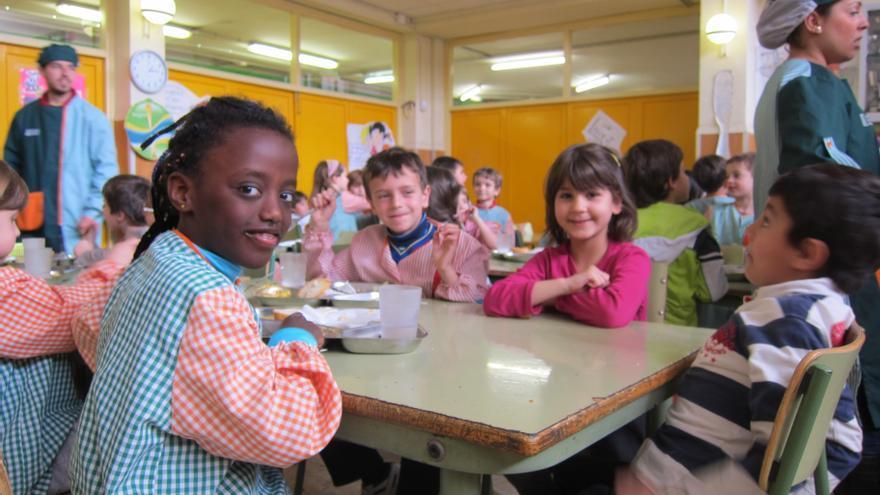 Varias niñas esperan a ser servidas en el comedor de su escuela. /EFE