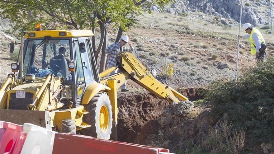 La excavadora concluye la retirada de tierra en el paraje donde podría yacer Lorca