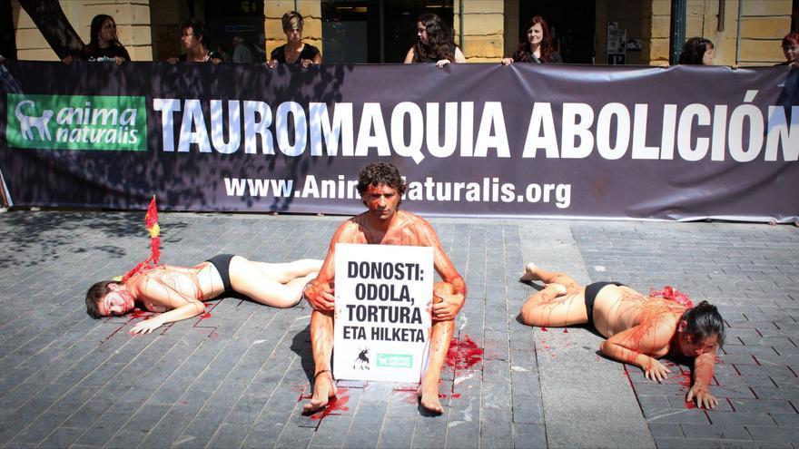 Acción protesta de AnimaNaturalis en la última corrida de toros que se celebró en la plaza de Illumbe de Donostia.
