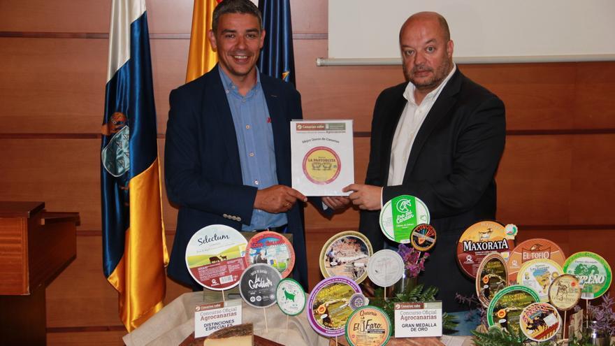 Narvay Quintero (i), consejero de Agricultura, Ganadería, Pesca y Aguas, junto a los quesos premiados.