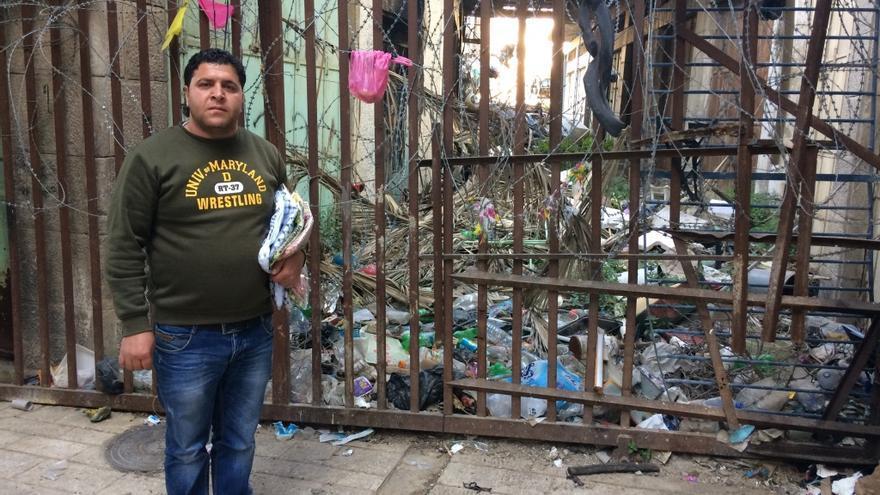 Shadi, palestino residente en la zona de Hebrón controlada por israel, en una de los sectores cortados por el ejército israelí para evitar que los palestinos de H1 entren en la calle Shuhad.
